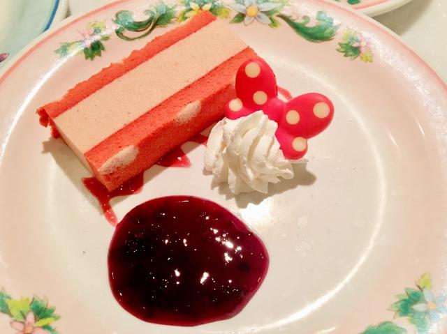 生クリームがミニーちゃん仕様のケーキ
