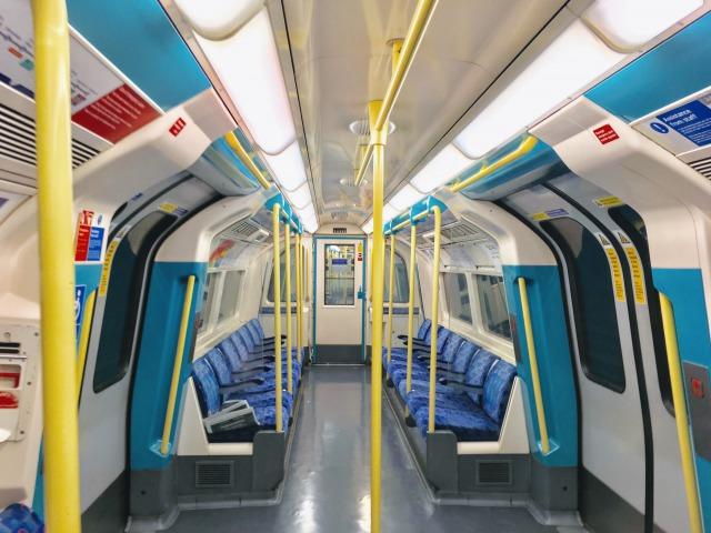 ロンドン地下鉄列車の中