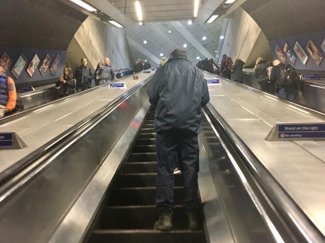 ロンドン 地下鉄のエスカレーター