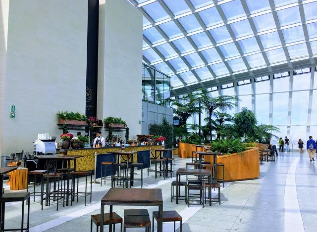 ロンドン・スカイガーデン36階のカフェ&バースペース