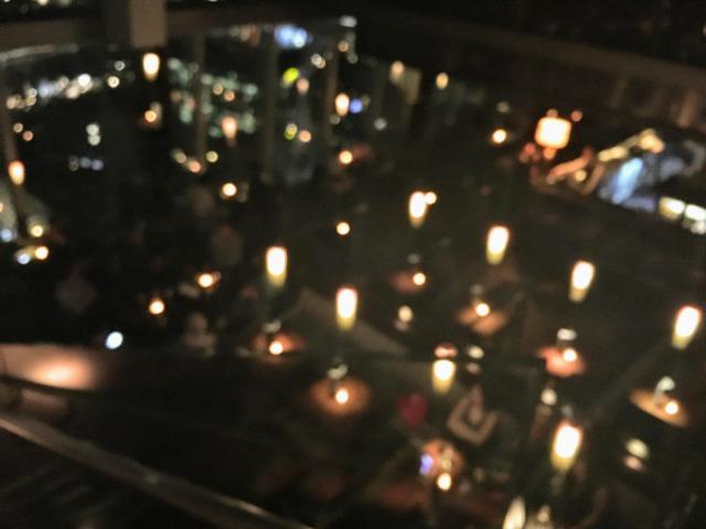 照明が落とされたザ・シャードのバーの店内