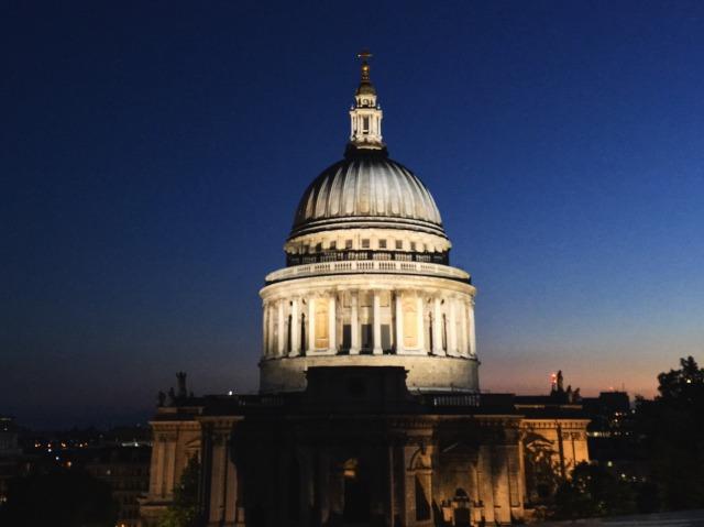 夕暮れ直後のセント・ポール大聖堂