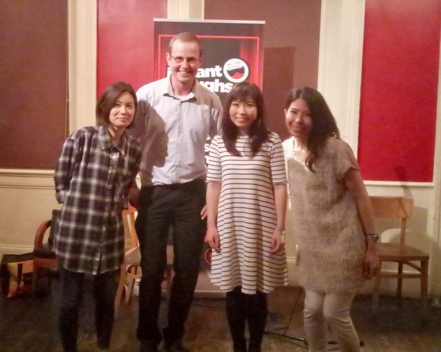 日本人のスタンドアップコメディアン、小谷ゆりこさん(中央)