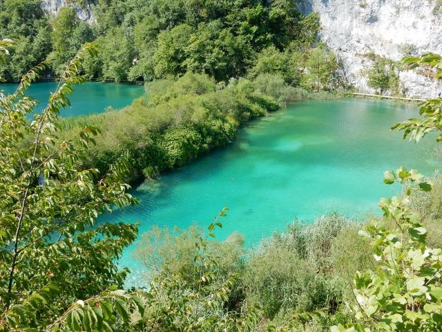エメラルドグリーンに輝くプリトヴィツェの湖