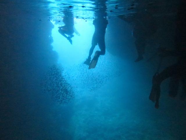 海中から見た沖縄の青の洞窟