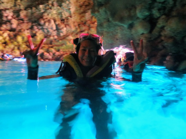 沖縄の青の洞窟で嬉しそうに泳ぐ30歳になりたての私