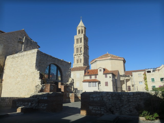 鐘楼の横にある八角形の形をした建物が聖ドミニウス大聖堂