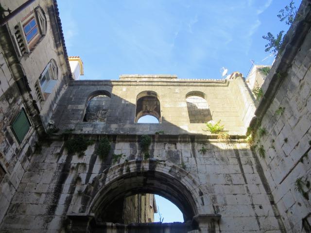鉄の門の外門と内門にある四角い広場