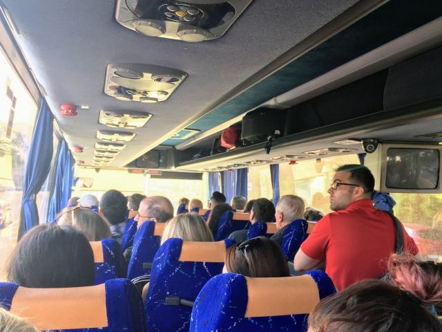 ドブロブニク空港〜市内へ移動するシャトルバス車内の様子