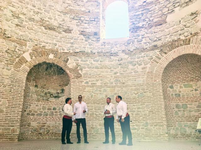 ディオクレティアヌス帝が住んでいた際の住居の玄関でクラッパを披露する4人組の男性