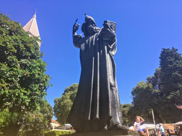 グルグール・ニンスキの像