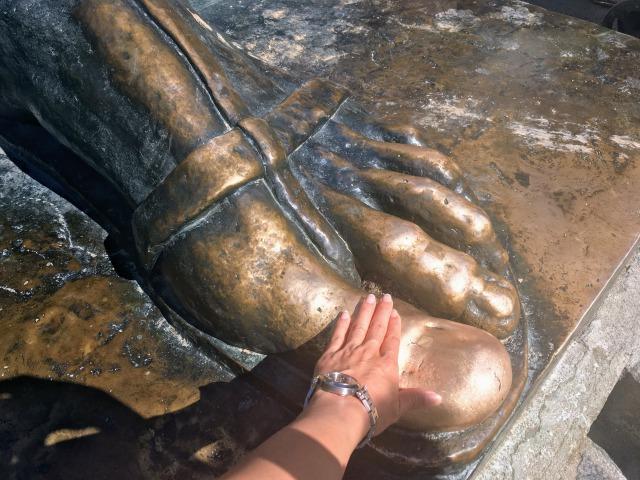 グルグールニンスキ像の左足の親指