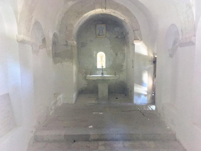 マルヤンの丘を少し登った所にある小さな石造りの教会の中