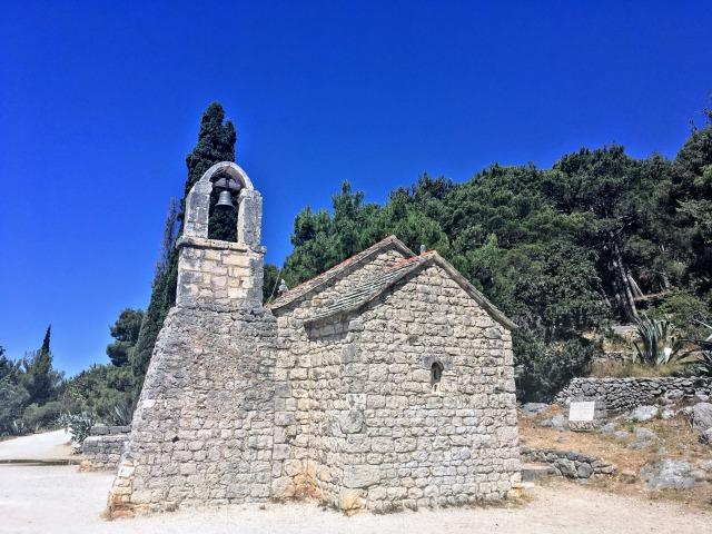 マルヤンの丘を少し登った所にある小さな石造りの教会
