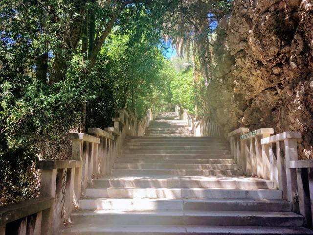 マルヤンの丘へと続く階段