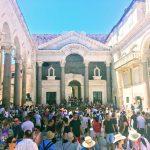 観光客であふれるスプリット旧市街・ディオクレティアヌスの宮殿の中心地