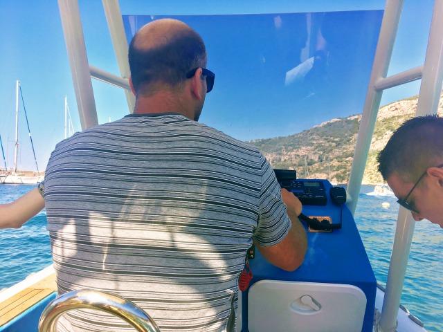 ビシュボ島青の洞窟まで移動するボート