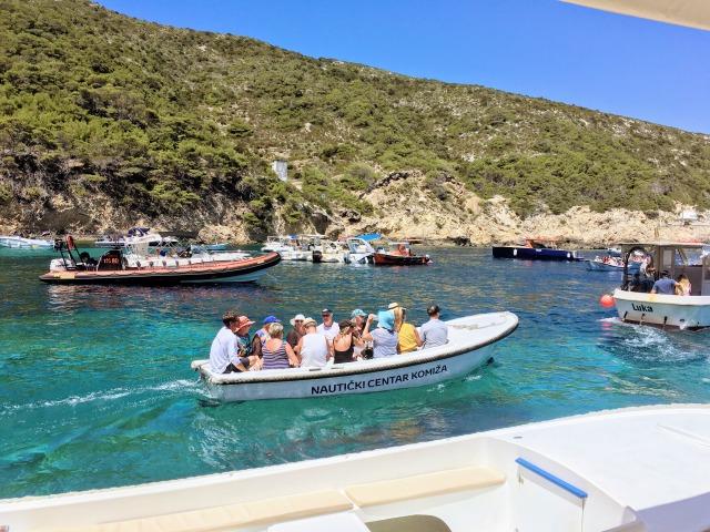 クロアチア青の洞窟へ向かうボート