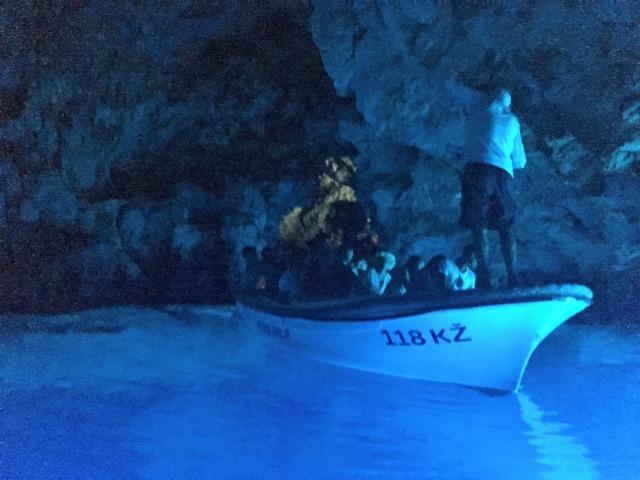 クロアチア青の洞窟内をゆっくり進んでいくボート