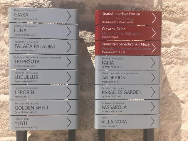 フヴァル城塞までの道案内看板