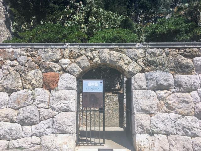 フヴァル城塞へ続く入り口