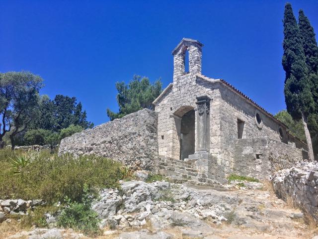 フヴァル城塞途中にある石造りの教会