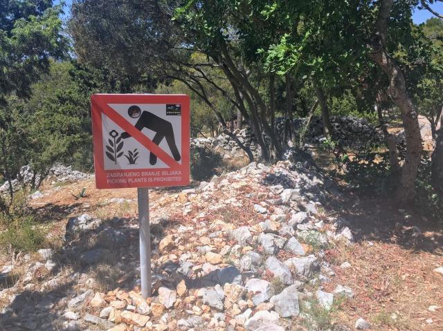 フヴァル城塞の道のりにある看板