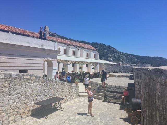 フヴァル城塞の内側
