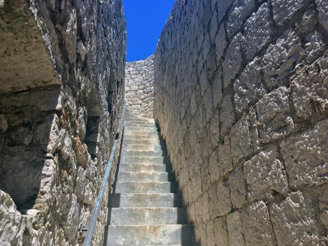 フヴァル城塞内の石階段