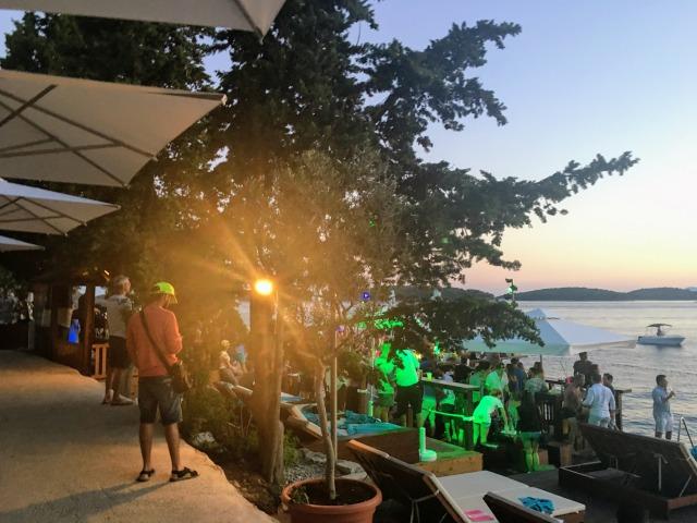 ウヴァルタウン西側のビーチにある有名なクラブカフェ「Hula-Hula」