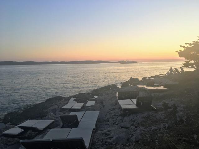 フヴァルタウン西側のビーチで見ることができる夕日