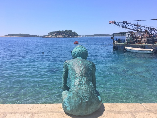 フヴァルタウンの海沿いにある銅像