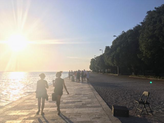 ザダルの夕暮れ時、シーオルガンに向かって歩く人々