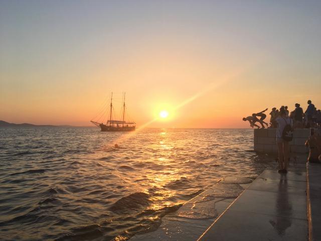ザダル、夕日のタイミングで海にジャーンプ!する若者