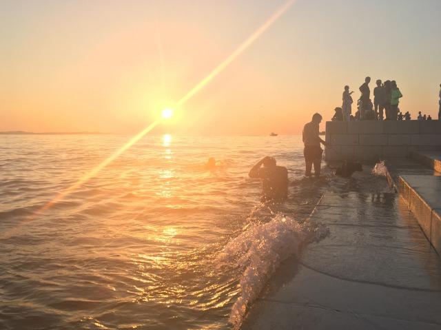 シーオルガンに押し寄せる波もオレンジ色の光に照らされてきれい
