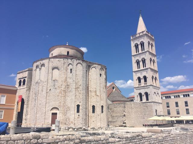 ザダル旧市街のシンボル「聖ドナトゥス教会(左)」と「聖ストシャ大聖堂の鐘楼(右)」