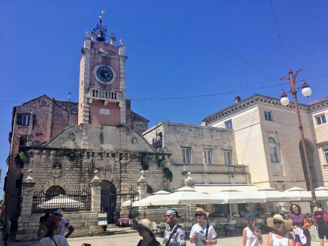 ザダル陸の門の近くにあるナドロニ広場にある時計台