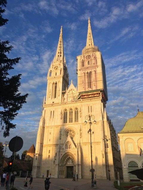 夕日に照らされた聖マリア被昇天大聖堂