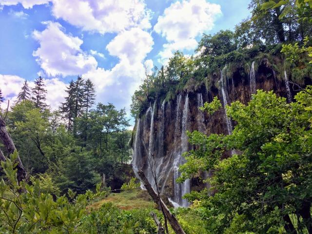 歩いていると急に姿を表すプルシュタヴァツの滝