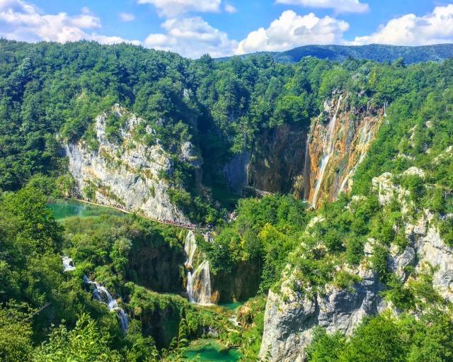 エントランス1付近から見下ろしたプリトヴィツェ滝周辺の景色