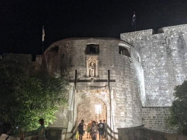 ライトアップされた夜のピレ門