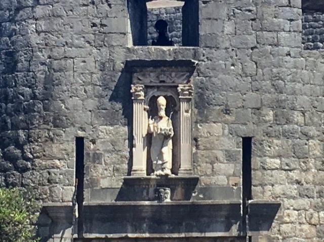 ピレ門の上から人々を見守る聖ヴラホ