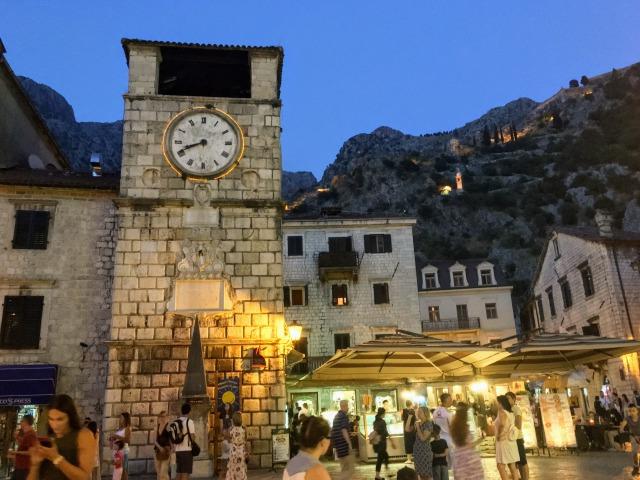 コトル旧市街夜の時計塔