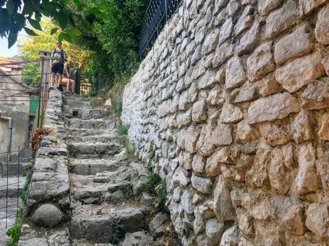 受付を通過してすぐ先にある階段。ここから城壁のぼりをスタート!