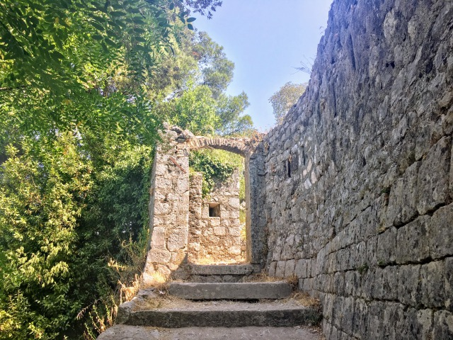 コトルの城塞登りを始めて一番最初に出てくる門