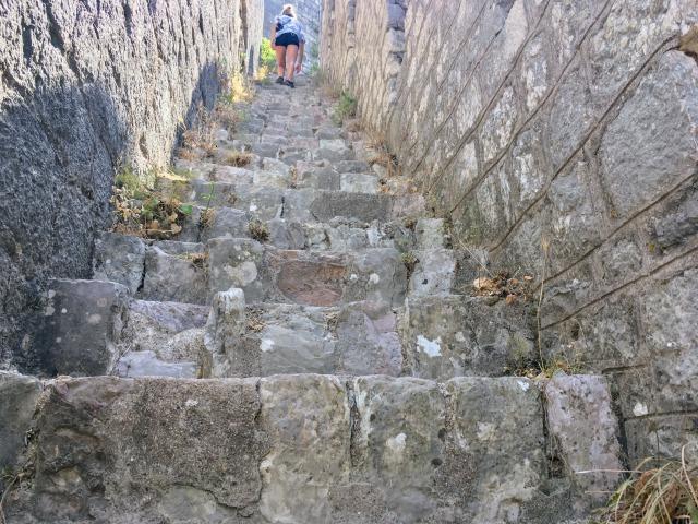 コトルの城壁登りである高い階段