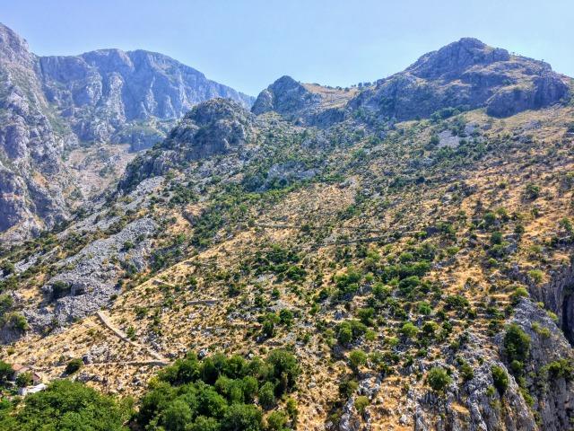 高い山が立ち並ぶコトル