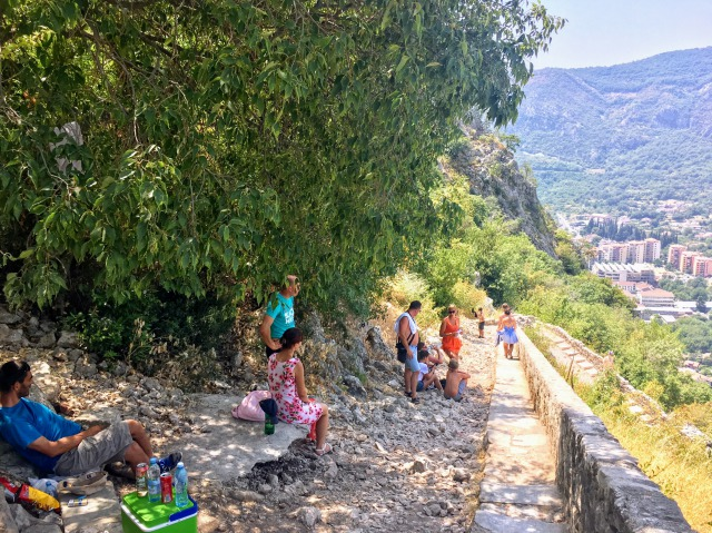 コトル城壁登り、休憩する観光客