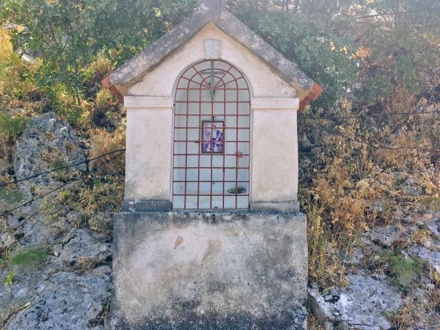 救世聖母教会へ続く道の途中にある祈りを捧げるスペース