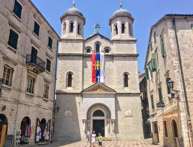 聖ルカ教会のすぐ目と鼻の先にある正教会の聖ニコラス教会
